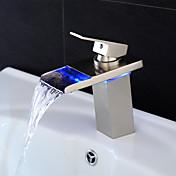 現代風 センターセット LED / 滝状吐水タイプ with  セラミックバルブ シングルハンドルつの穴 for  ブラッシュドニッケル , バスルームのシンクの蛇口