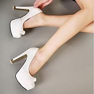 Belles chaussures de mariée travaillées avec noeuds