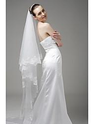 Une couche avec balayage de la broderie mariage voile