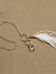 pena branca e colar de gemstone