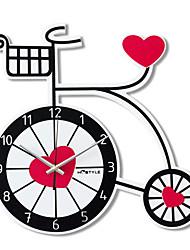coeur et horloge murale à vélo mute