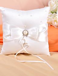 Anello cuscino in raso avorio con fiocco e perle finte