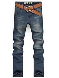 Dos homens novos da forma de calças de ganga