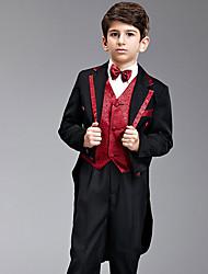 Sept Pièces en noir et rouge à queue d'hirondelle Suit porteur d'alliances avec deux noeuds papillon