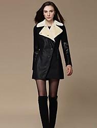 Le défilé de mode des femmes couture mince c0at de cuir PU