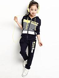 rayas de moda y bromista de los niños con el conjunto deporte ropa capó