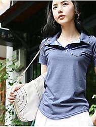 anmutige Schaltflächen Tasche verziert mit kurzen Ärmeln T-Shirt blau
