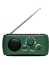 equipo al aire libre a los ancianos con la radio