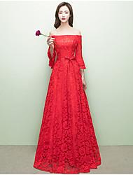 Um vestido de noiva formal com laço de renda e fora do ombro com faixa / fita