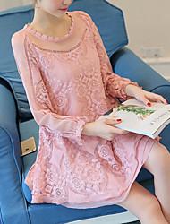Femme Dentelle Signe une nouvelle robe en dentelle