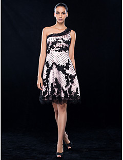 TS Couture Cocktailparty Bal Skolebal Bryllupsfest Kjole - Kort Elegant A-linje Prinsesse Etskuldret Knælang Blondelukning Stræksatin med
