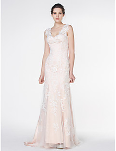 Lanting Bride® Trumpet / Mermaid Wedding Dress Court Train V-neck Lace / Tulle with Appliques / Button