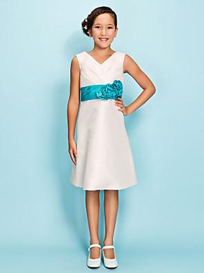 Lanting Bride® באורך  הברך טפטה שמלה לשושבינות הצעירות  גזרת A / מעטפת \ עמוד צווארון וי טבעי עם פרח(ים) / סרט / בד נשפך בצד