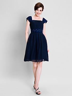 A-linje Plusstørrelse / Petite Kjole til brudens mor Knelang Kortermet Chiffon - Perler / Drapering / Blonder
