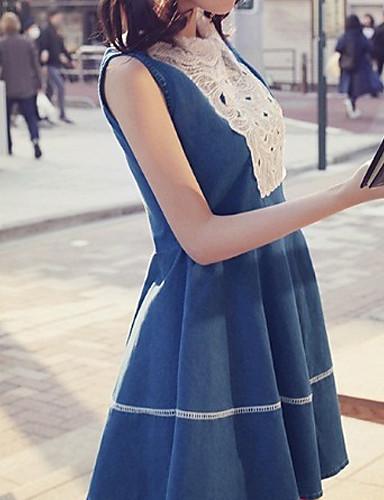 Mujeres adultas en vestido ajustado