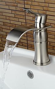 Centersat Enkelt Håndtak Et Hull in Nikkel Børstet Bathroom sink tappekran