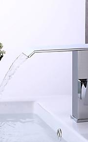 Moderni Art Deco/Retro Integroitu Vesiputous Widespary Esihuuhtelusuihku with  Keraaminen venttiili Yksi kahva kaksi reikää for  Kromi ,
